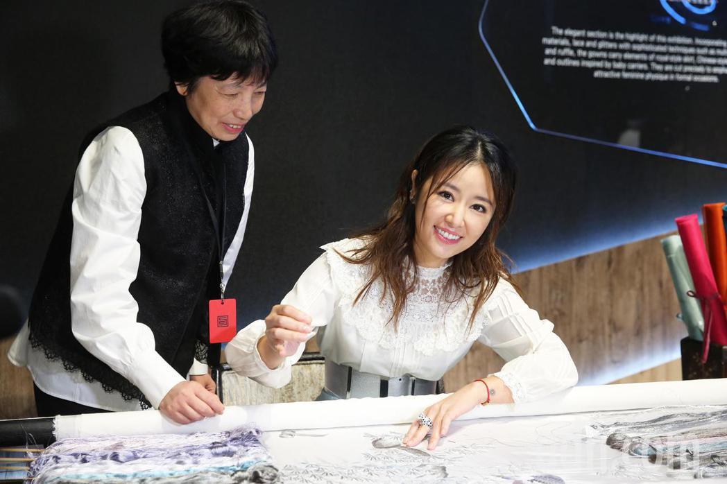 藝人林心如(右)今天出席夏姿的《針間絮語》展覽 ,在刺繡老師的指導下學習刺繡。記