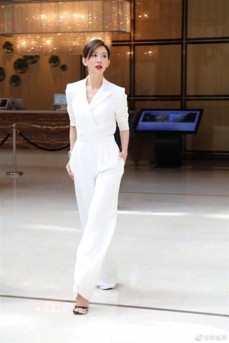 林志玲穿著優雅白色連身褲。圖/摘自微博