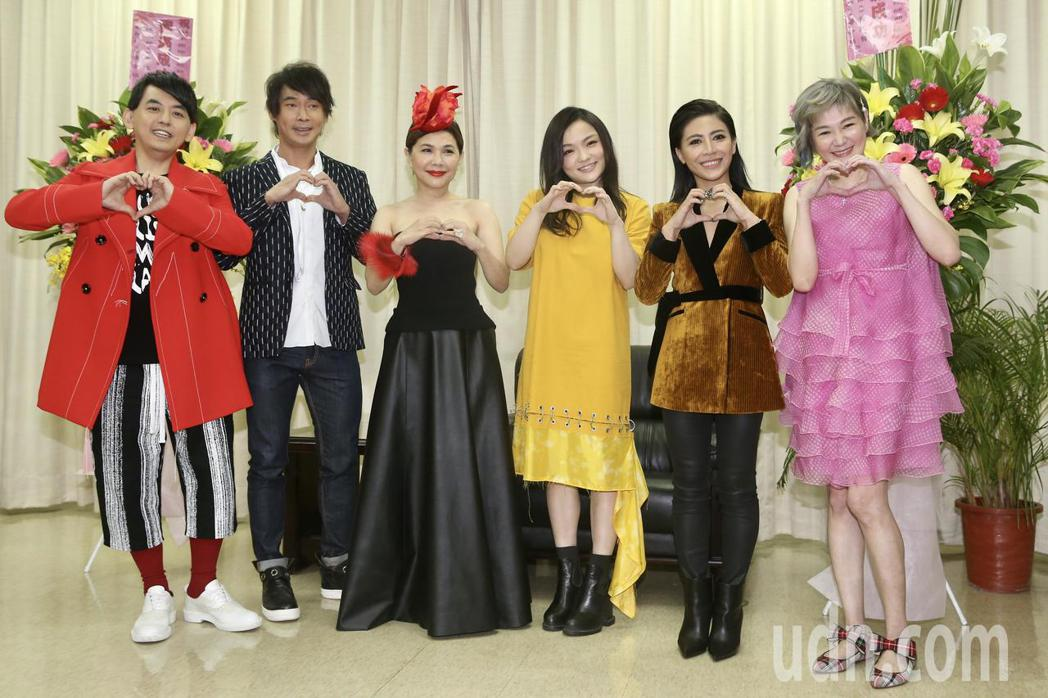 2018臺北國際護師節公益演唱會晚上在榮總醫院舉行,黃子佼(左起至右)、黃品源、...