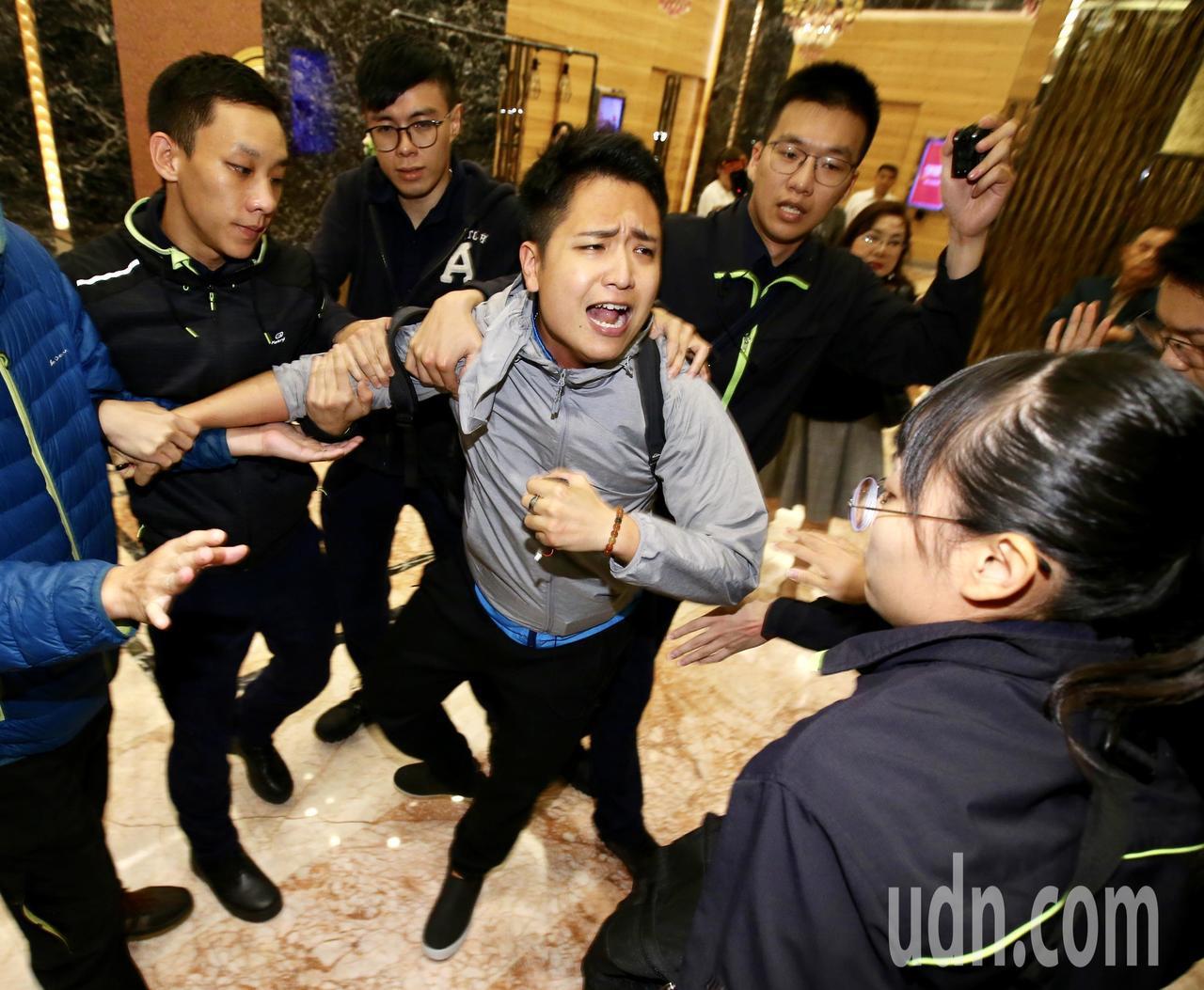 前總統陳水扁晚上在台北參與餐會,統派團體成員衝進飯店抗議,和警方及支持者發生衝突...