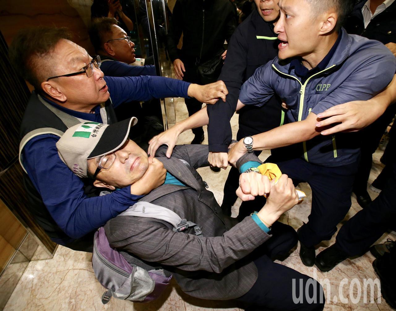 前總統陳水扁晚上在台北參與餐會,統派團體成員衝進飯店抗議,與支持者發生衝突。記者...