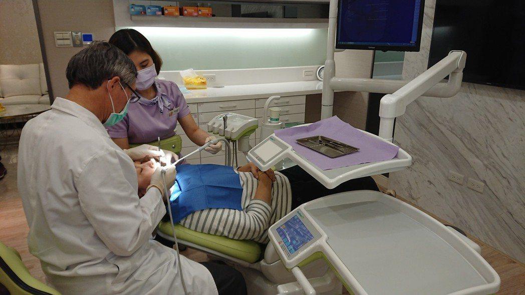 信合美育康信合美牙醫診所院長何坤炎曾接獲有媽媽罹患糖尿病還植牙,一年後就植體脫落...