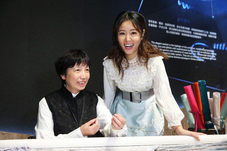 林心如和夏姿特別邀請的繡娘在「針間絮語」展覽合影。記者徐兆玄/攝影