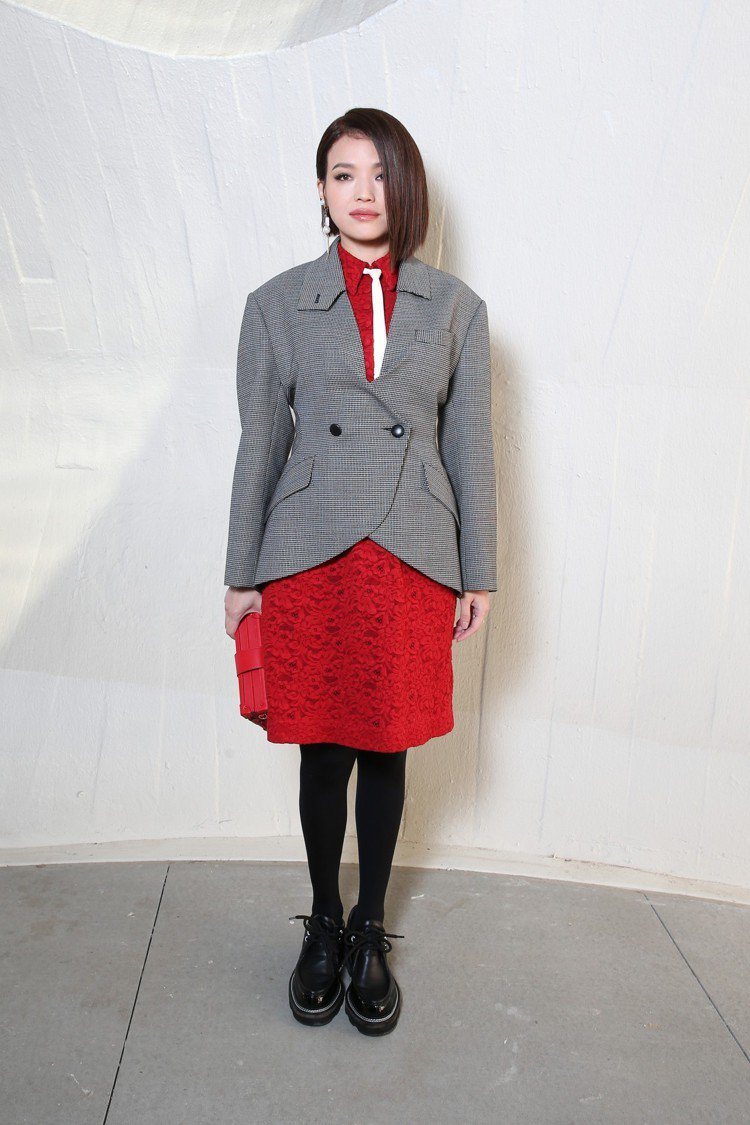 舒淇以oversize西裝外套搭襯紅色刺繡裙,相當特別。圖/LV提供