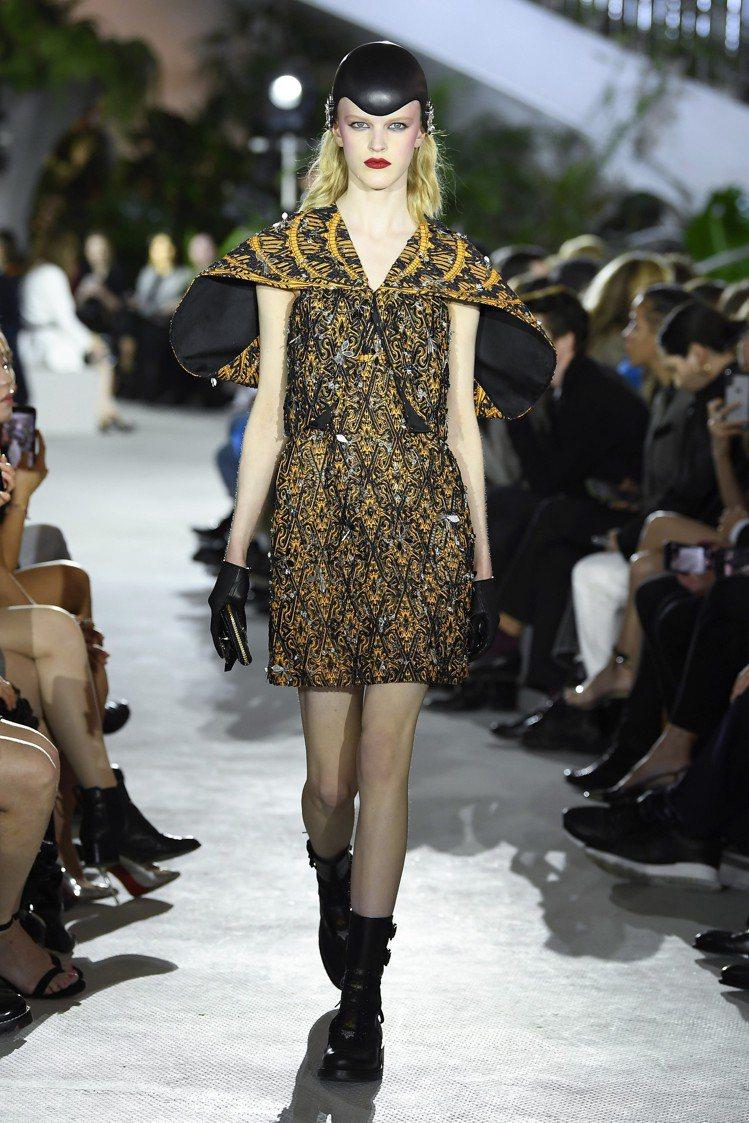 肩線可以表現女性的柔美、性感、剛毅,女裝藝術總監Nicolas Ghesquiè...