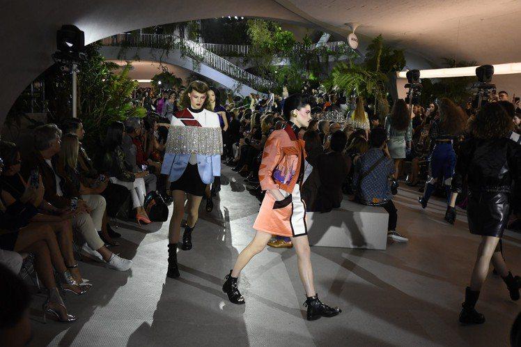 路易威登2020早春服裝中,醒目的粉橘色、斗篷設計都是亮點。圖/LV提供
