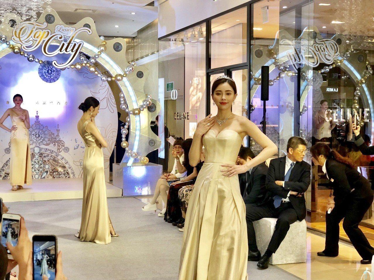 這場精品時尚秀由大遠百與國際精品CHAUMET聯合舉辦,名模展演六套總值達1.4...