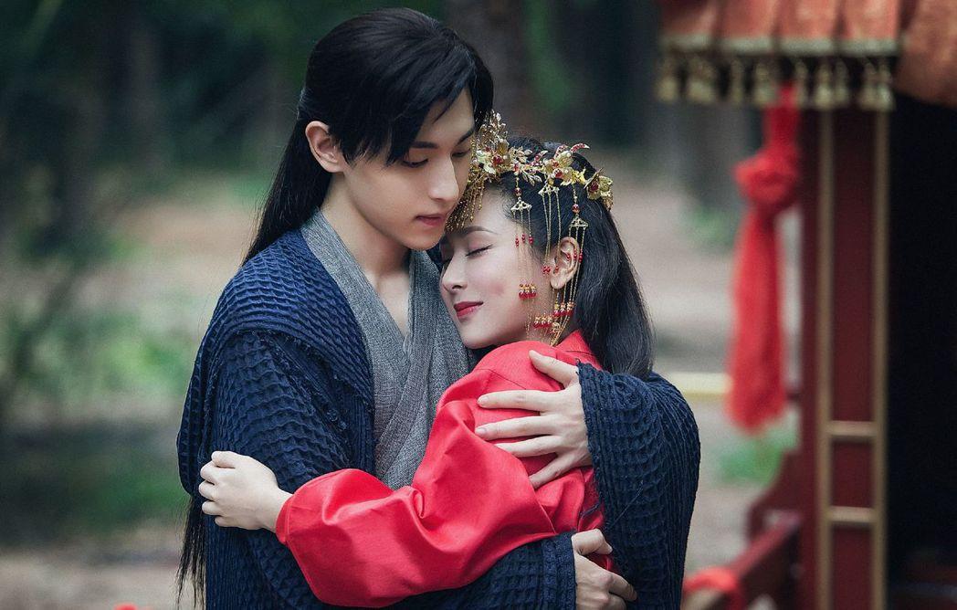 楊紫(右)和鄧倫演出「香蜜沉沉燼如霜」 圖/中天提供