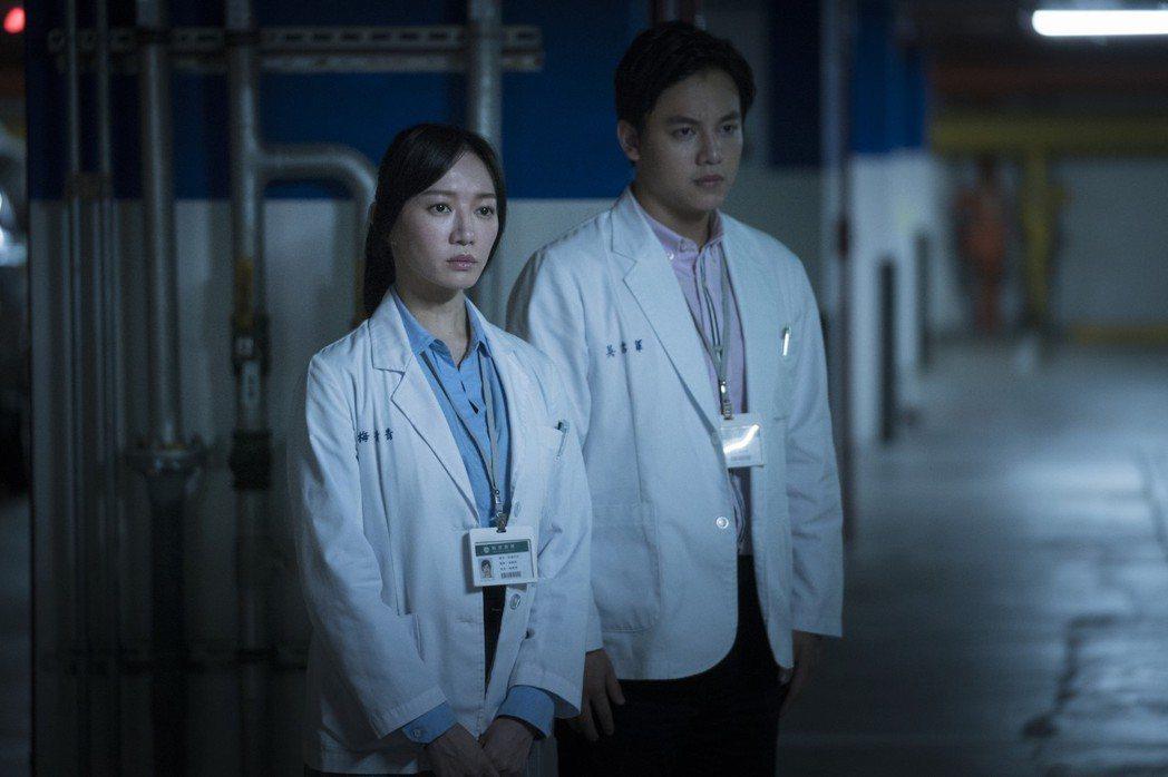李杏(左)拍「生死接線員」到醫院觀摩。圖/friDay影音提供