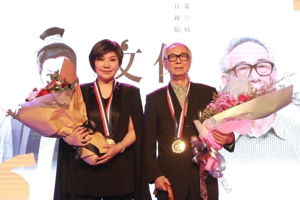 第38屆行政院文化獎得主李能棋(李喬)、唐美雲合影.。圖/文化部提供