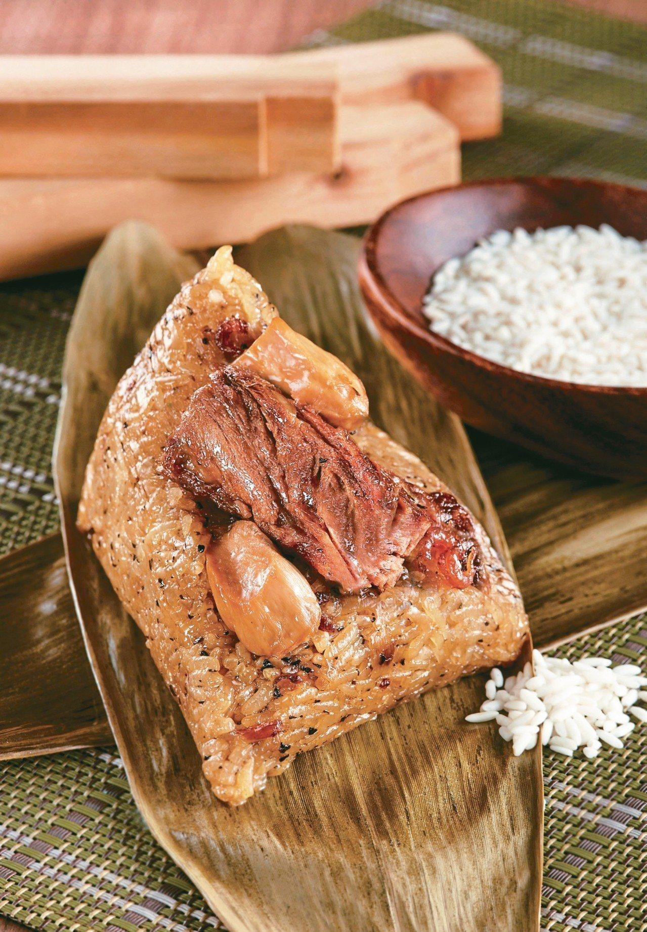 「松露和牛粽」加入澳洲和牛與黑松露醬製作,凝聚東、西方料理精髓,每顆售價220元...