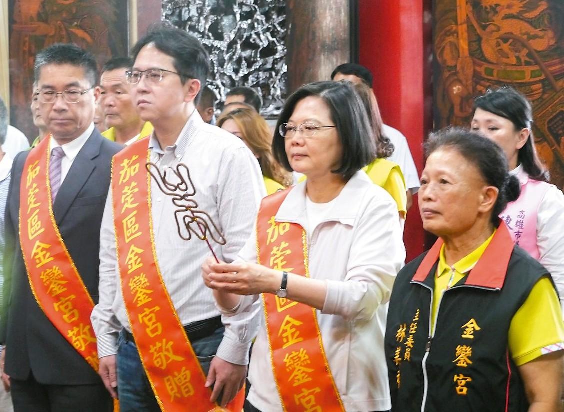 總統蔡英文(右二)昨天到高雄茄萣金鑾宮參拜,尋求地方人士支持。 記者徐白櫻/攝影