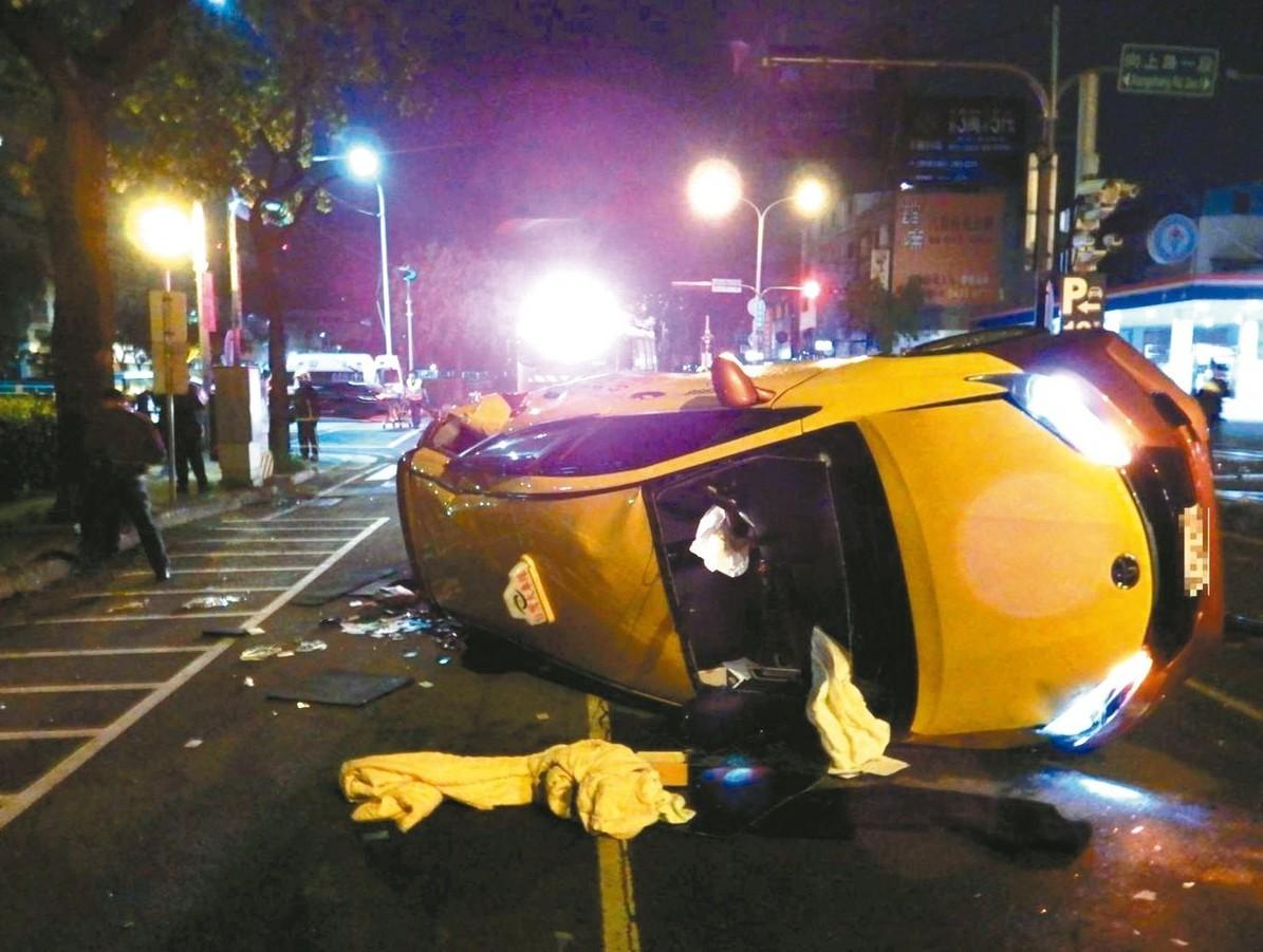 一輛計程車昨天清晨車禍翻覆,女乘客遭拋摔,傷重不治。 記者林佩均/翻攝