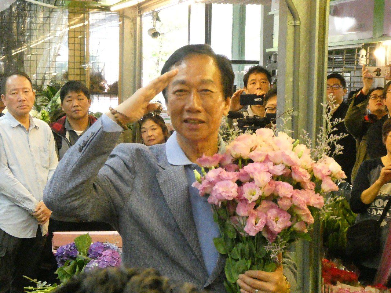 鴻海董事長郭台銘昨天說,台灣一定要做自貿區,配合美中貿易戰的新形勢走出去。 記者...