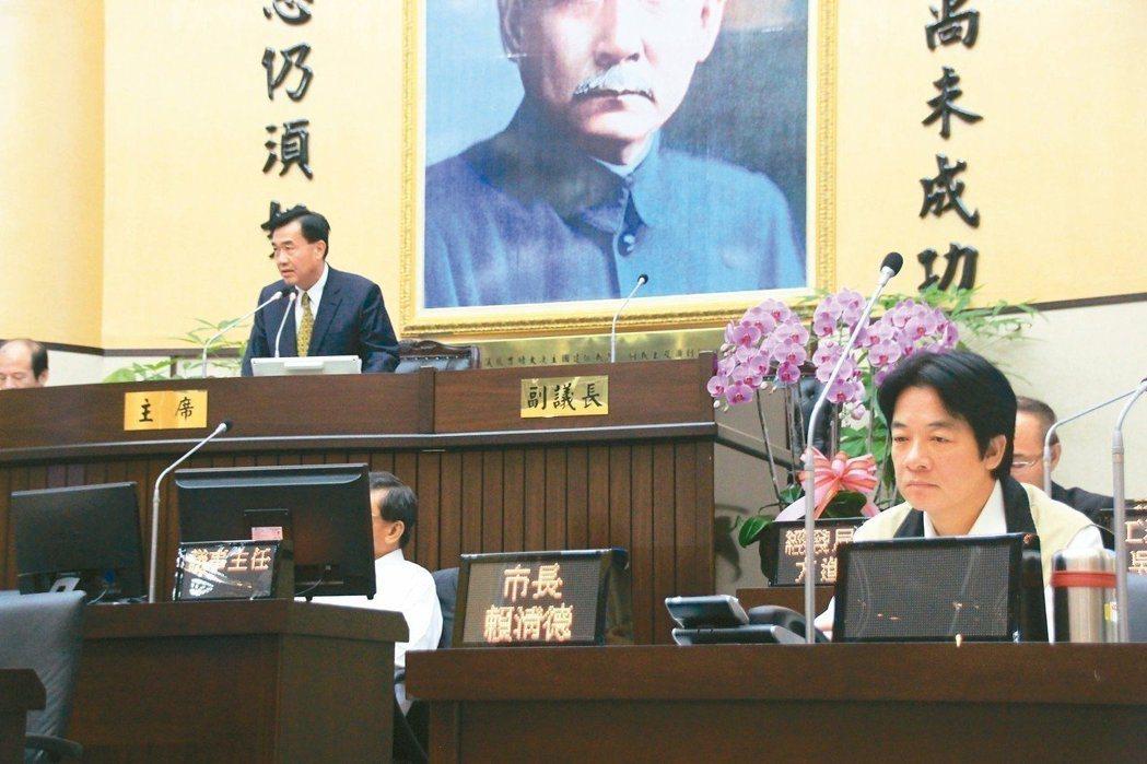 李全教(後左)當選台南市議會議長,當時的台南市長賴清德(右前)認為李涉賄,長達2...