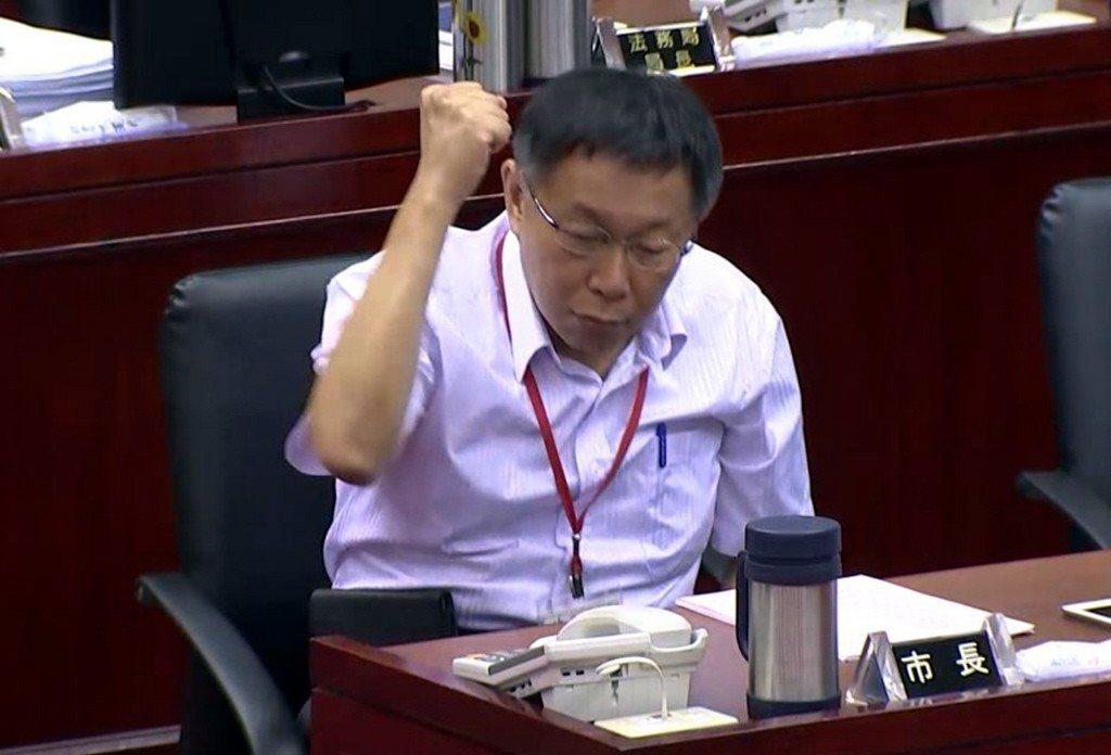 2015年,台北市長柯文哲因「波卡」事件在被質詢時怒到拍桌。 圖/聯合報系資料照...