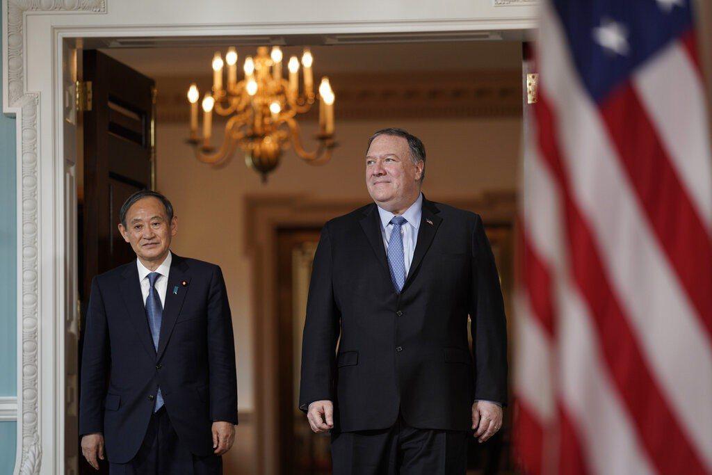 日本官房長官菅義偉(左)赴美,與美國國務卿龐培歐(右)會面。 美聯社