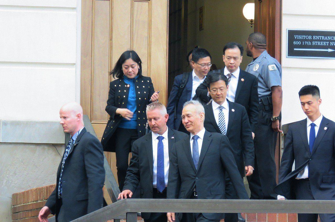 中國大陸國務院副總理劉鶴(前排左三)9日抵達美國華府,展開新一輪貿易談判。圖為他...