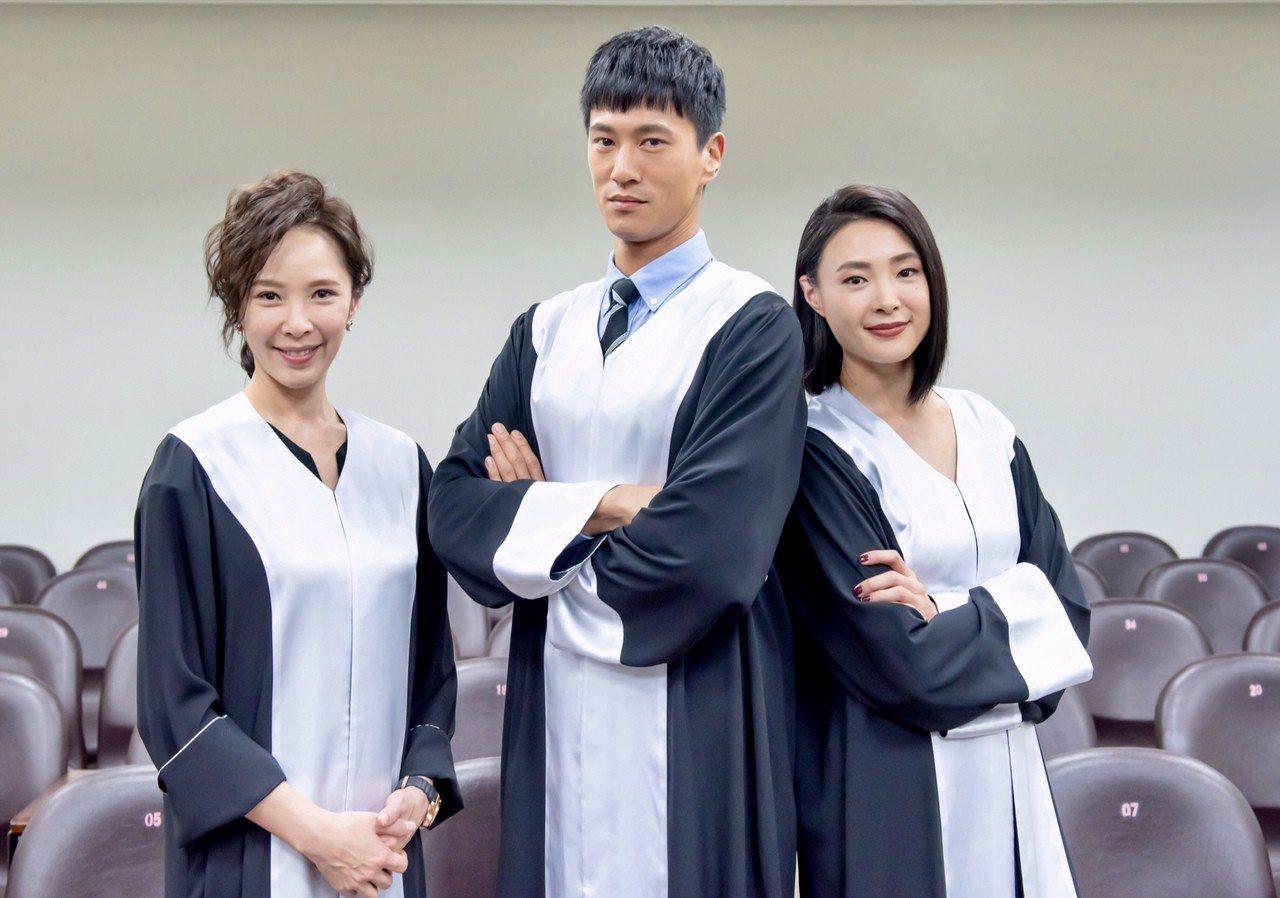 天心(左起)、鍾承翰、曾珮瑜演出「最佳利益」。圖/群之噰提供