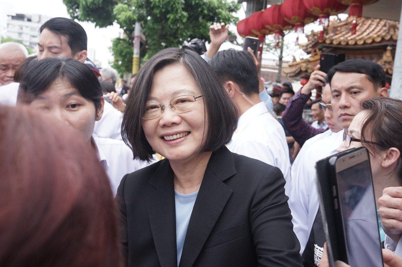 蔡英文總統下午到花蓮市聖天宮參拜,吸引支持者包圍握手拍照。 記者王燕華/攝影