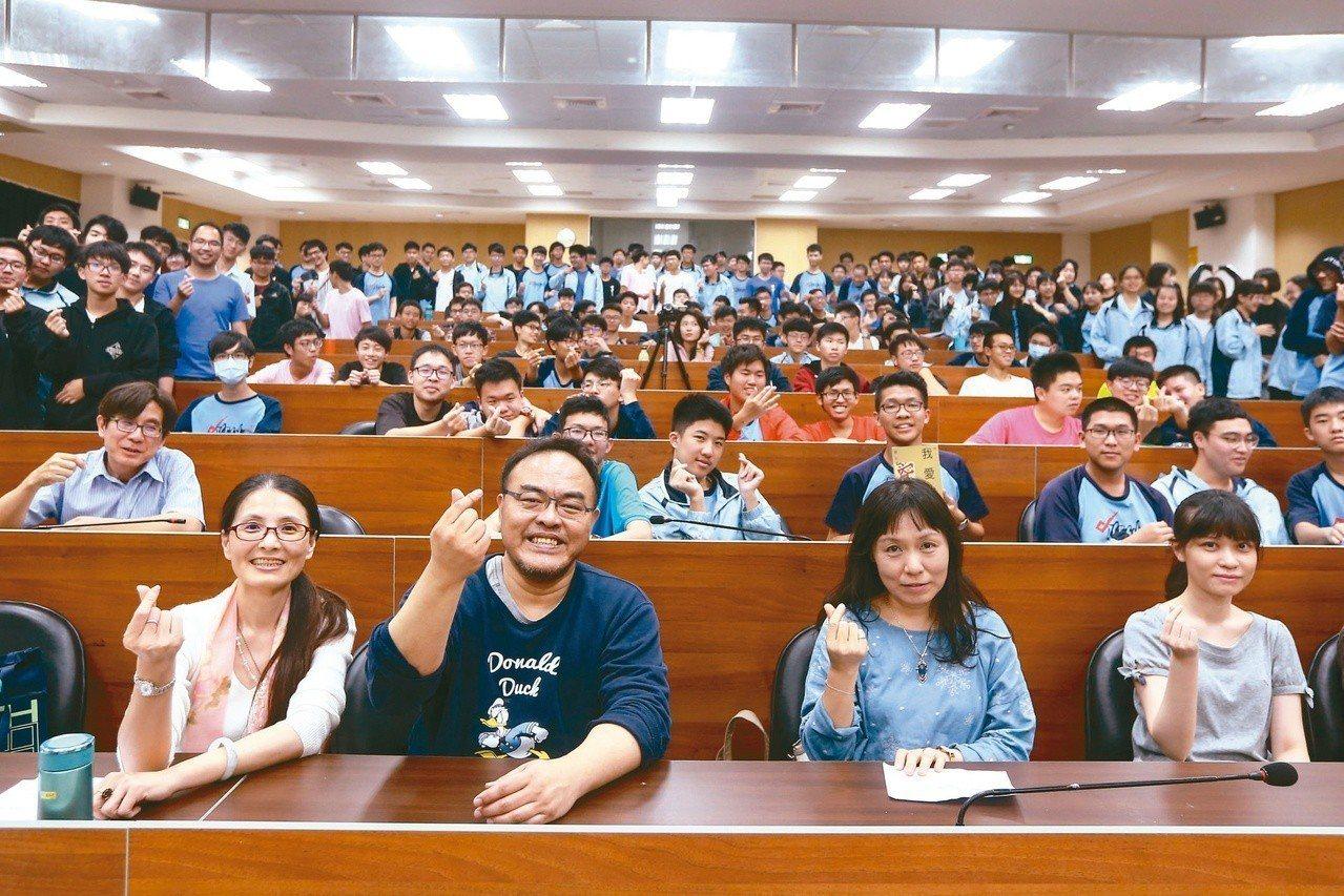 ▼作家駱以軍(前排左二)、宇文正(前排右二)與台中一中學生合影留念。