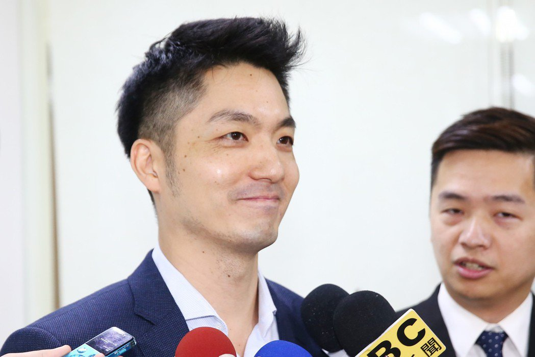 國民黨立委蔣萬安(左)說出「支持韓國瑜都是比較沒理性的」,臉書遭網友洗版,一名程...