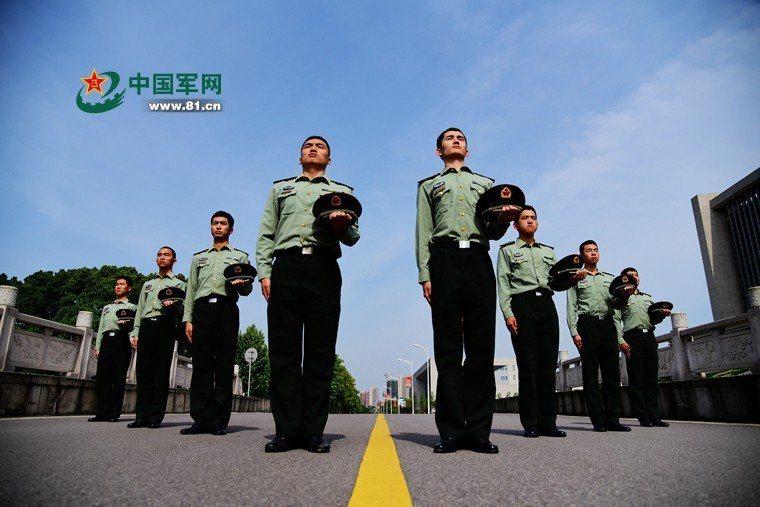 大陸軍校招生廣告是中規中矩的圖像,呈見青春朝氣和健朗的體魄。圖/取自中國軍網