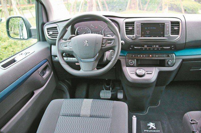 駕駛艙不花俏,但舒適科技易操作,並有方向盤撥片,是饒富駕駛樂趣的大型MPV座駕。...