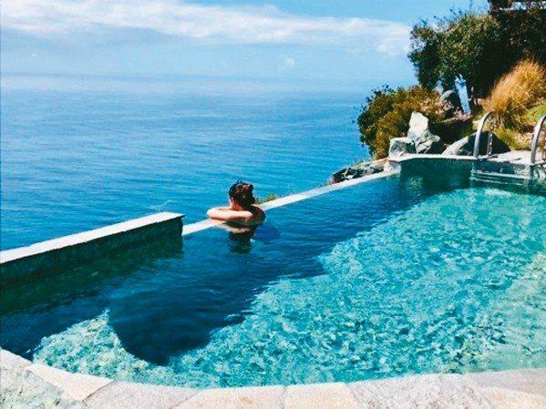 無邊際熱水池提供了無敵海景與令人窒息的美景。 圖/游慧君、陳志光