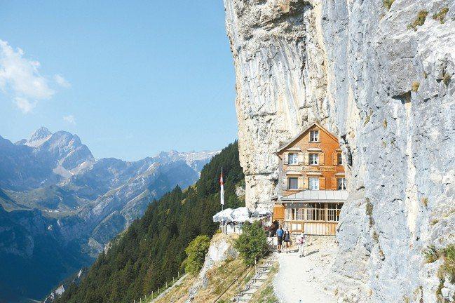 依本立(Ebenalp)是國家地理雜誌出版「一生必遊的225夢幻之旅」的封面照片...