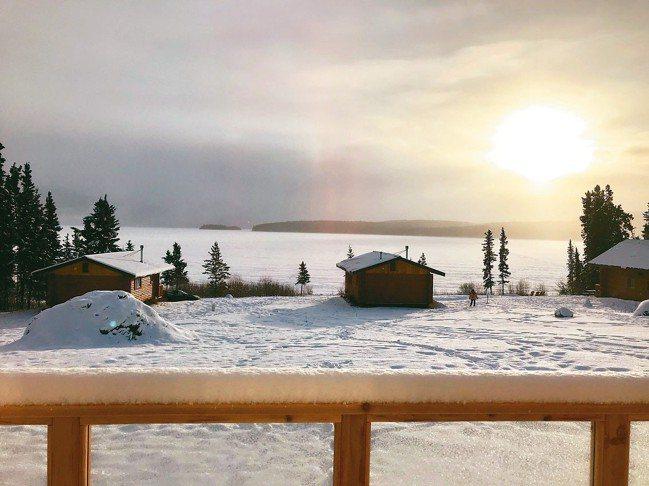 走出湖畔木屋的陽台就是大湖,極光就在舉步間,也讓荒野生活成為奢侈的享受。 圖/游...