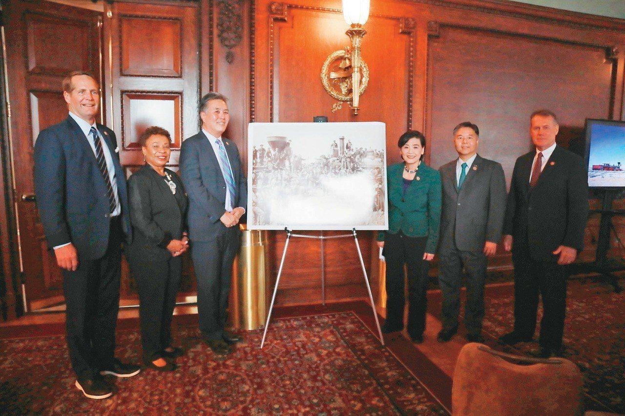 圖為趙美心(右三)、劉雲平(右二)等亞太裔國會議員在竣工照片前合影。 記者羅曉媛...
