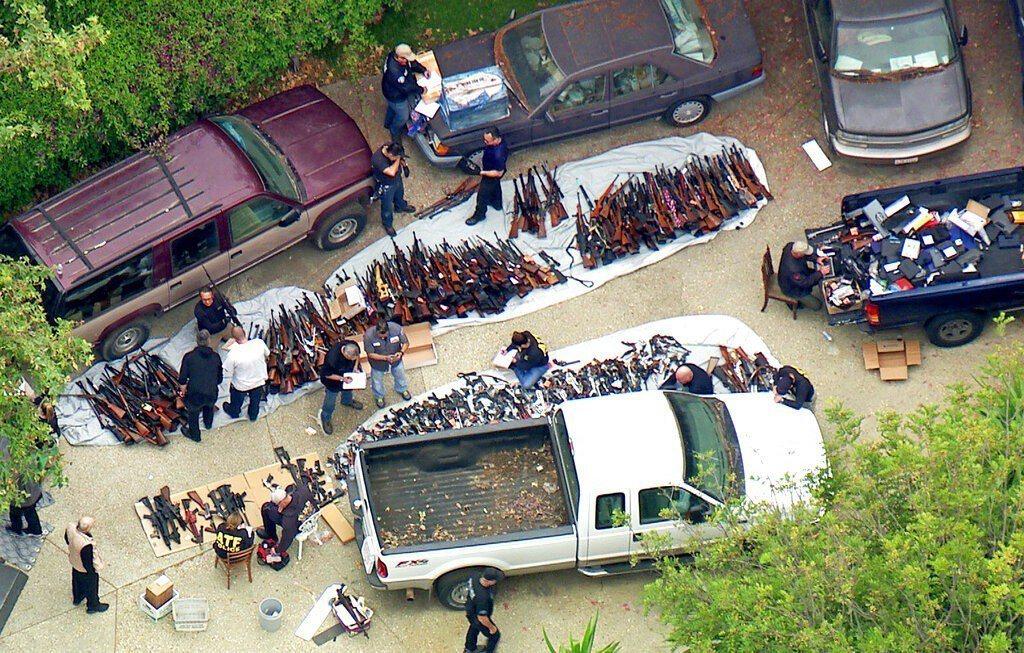 洛杉磯警方在高級住宅區裡一處豪宅查獲超過1000把槍枝和彈藥。 美聯社