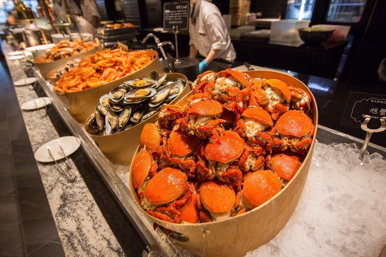 提供有20餘種蟹蟳蠔類、生魚片及各式海鮮的「海鮮日料區」。圖/漢來海港提供