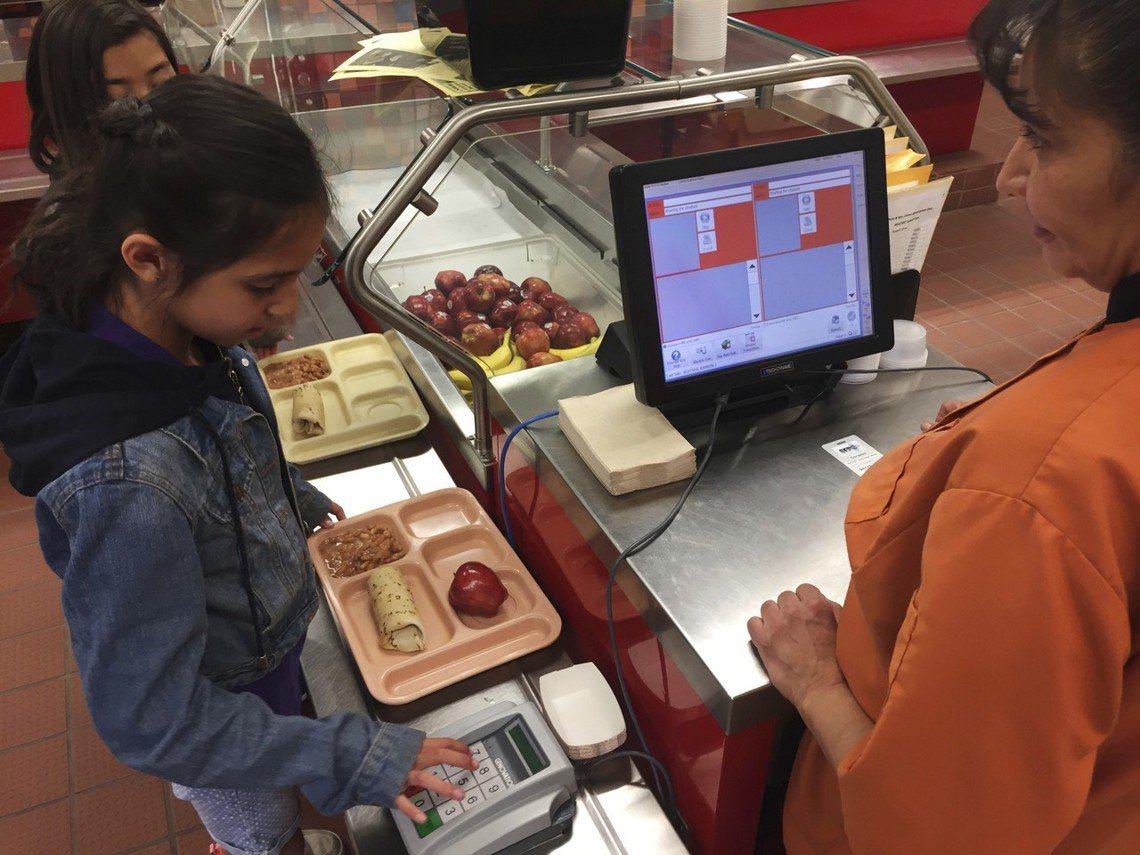 美國中小學的營養午餐費用各州不一,不過折算每餐約莫在2到3美元不等(約新台幣60...