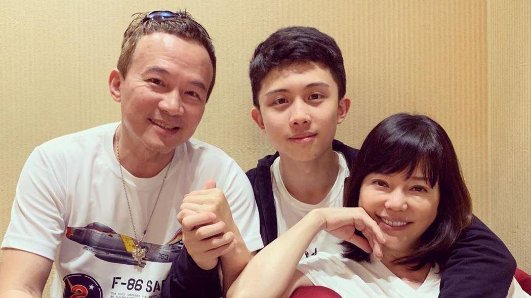 孫安佐與爸媽。圖/擷自IG