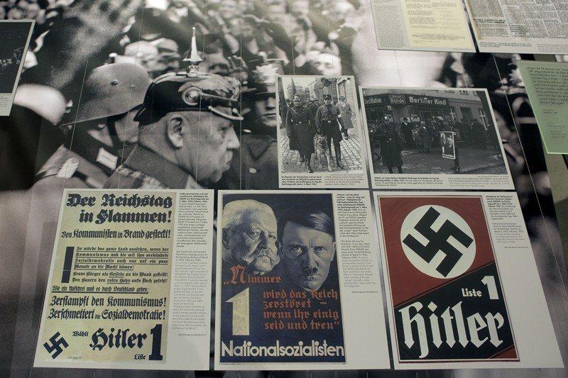 位於德國柏林的恐怖地形圖戶外博物館,展出希特勒與興登堡的海報,攝於2013年。 ...