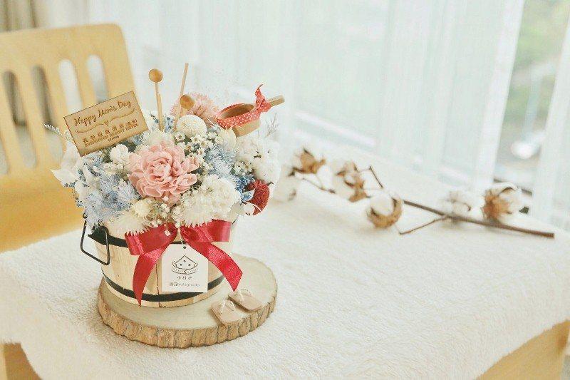 結合乾燥花與溫泉概念的造型香氛花禮,粉色系康乃馨為主角。 礁溪長榮鳳凰酒店/提供