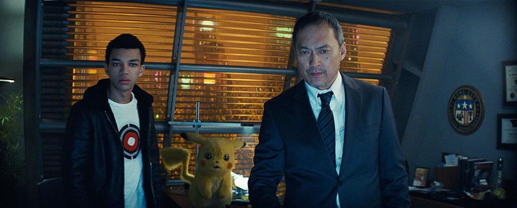 渡邊謙(右)也加入「名偵探皮卡丘」演出。圖/華納提供