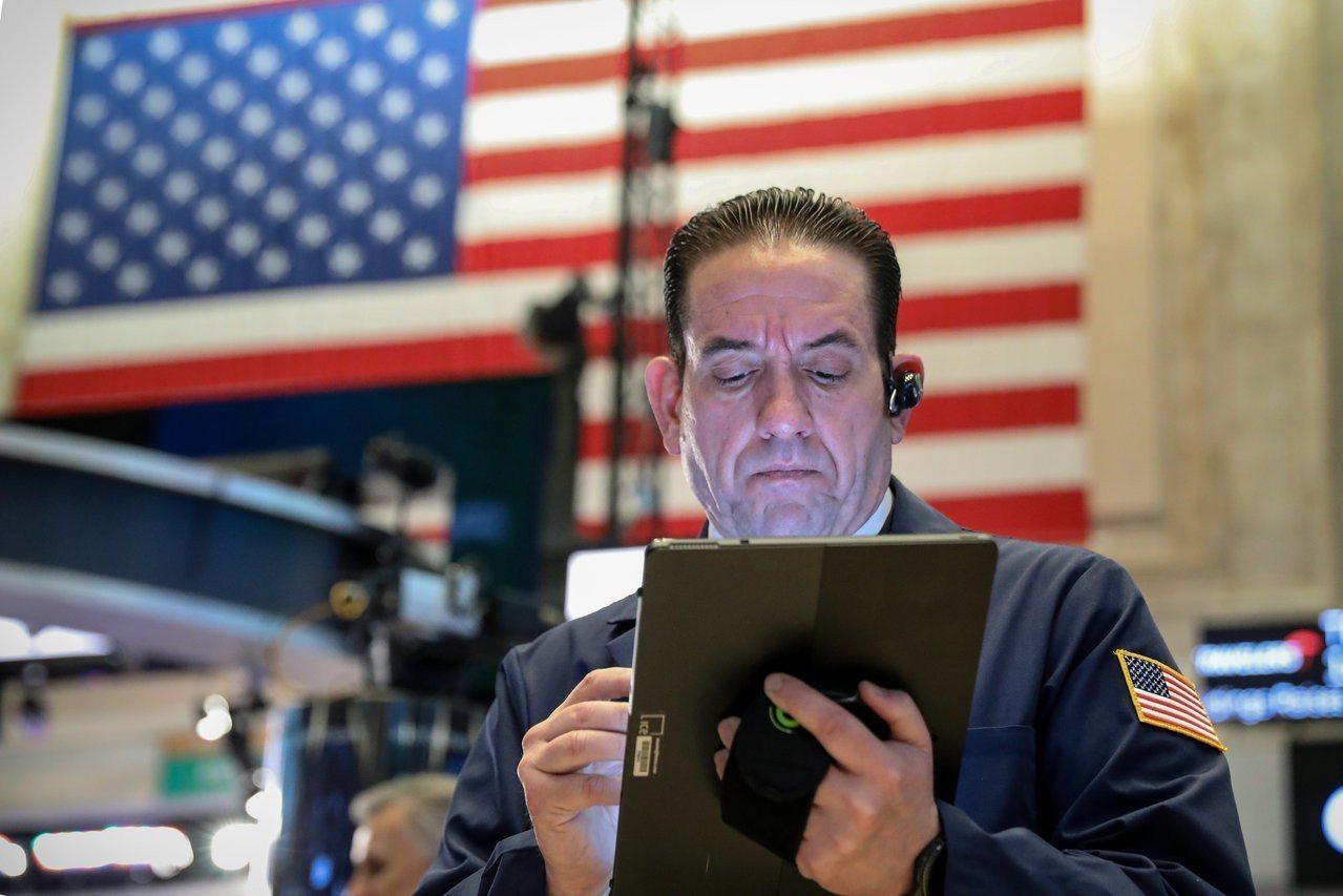 美股周四全面下挫,但美中貿易協議希望讓跌幅收斂。 路透