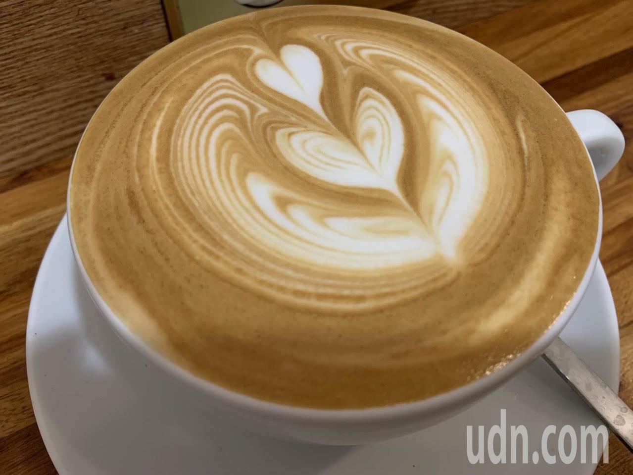 咖啡配三明治竟被列為鈣磷不平衡的危險早餐組合之一。記者陳雨鑫/攝影