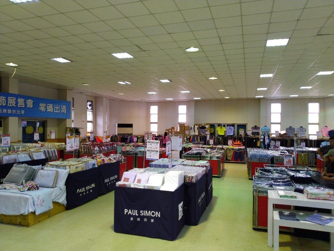 賣場展出上萬件服飾、寢具。圖/遠東全家福提供