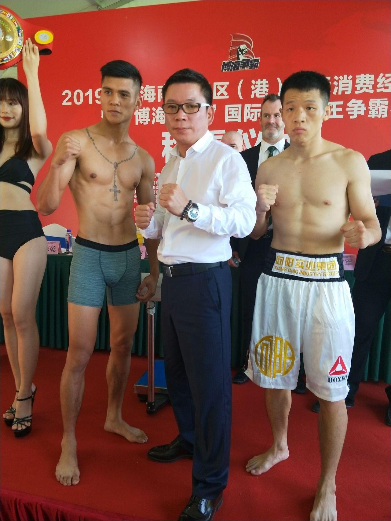 屏東排灣族青年宋維傑(左)在台灣職業拳擊協會總顧問錢保誠(中)等人的力挺申訴下扭...