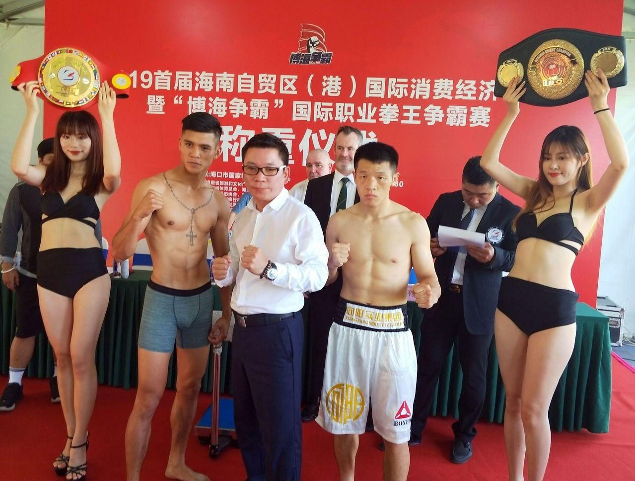 屏東排灣族青年宋維傑(左二)在台灣職業拳擊協會總顧問錢保誠(左三)等人的力挺申訴...