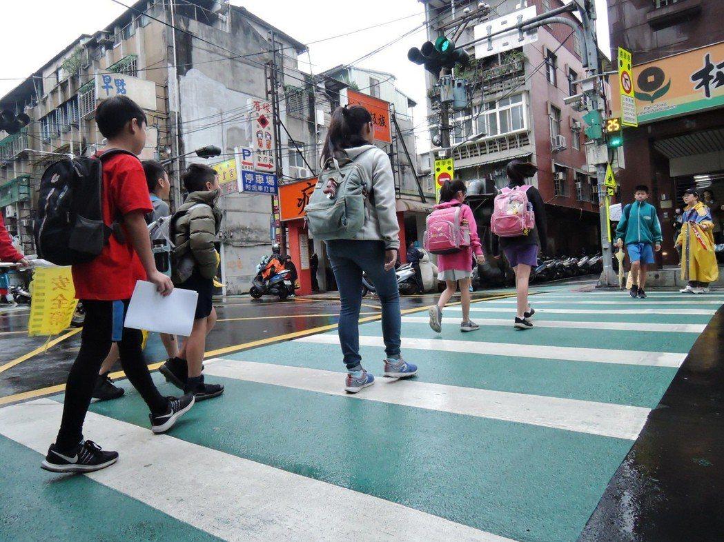 新北市交通局為了讓孩子安心走路上下學,今年推動「通學巷2.0改善計畫」,增設新式...