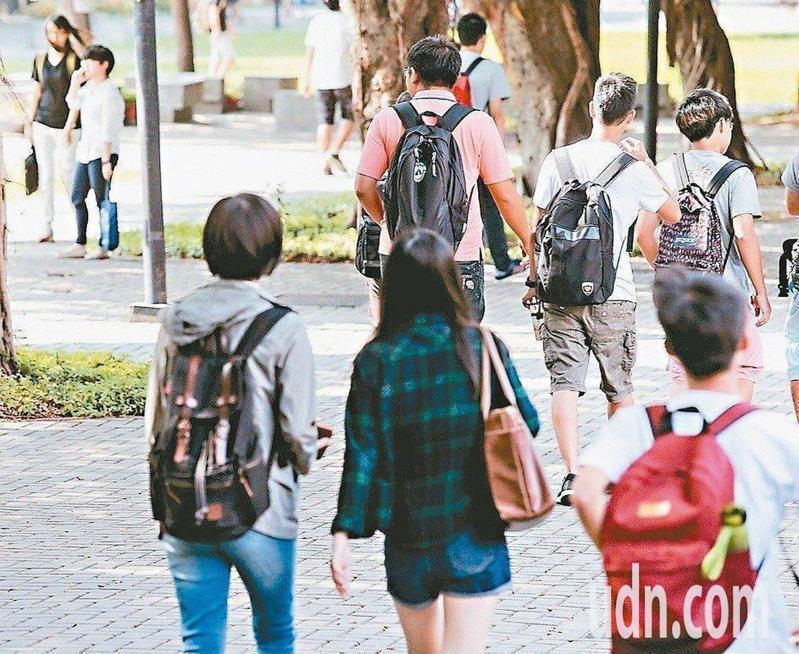 教育部統計,106年超過1.5萬大專院校生申請赴海外交換,女生是男生的2.2倍。本報資料照片