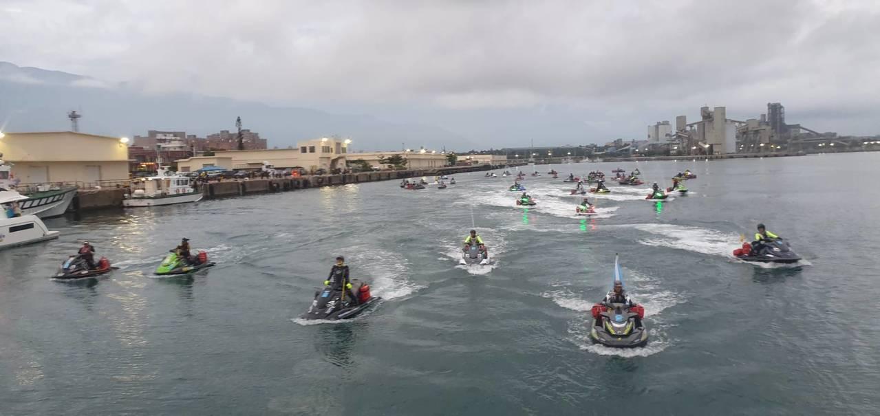 車隊騎進石垣島港口。圖/花蓮縣水上摩托車協會提供