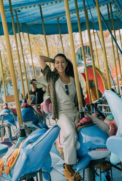 蔡詩芸在遊樂園裡拍出童心未泯的歡樂影片。圖/FENDI提供
