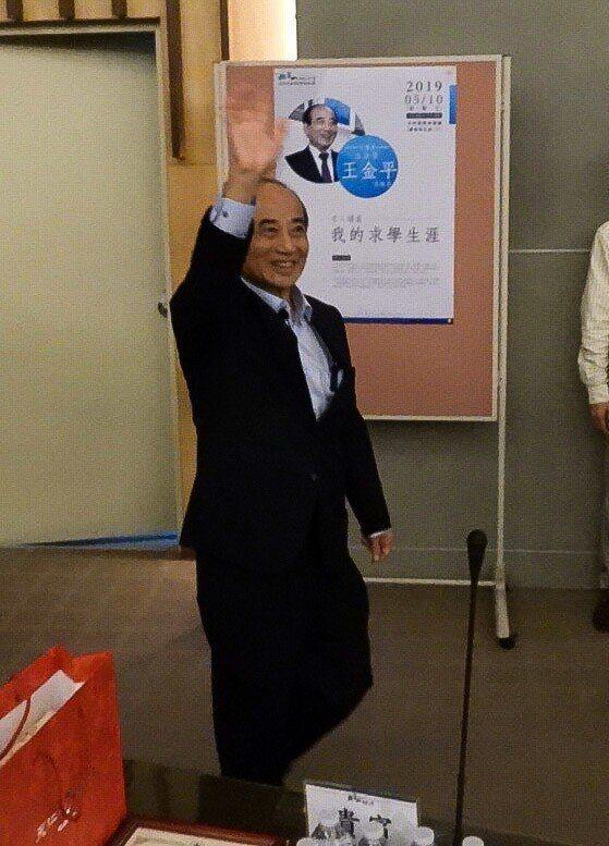 立委王金平到崑山科大演講,師生熱烈歡迎,被問到名下有75筆土地,他表示這些土地都...