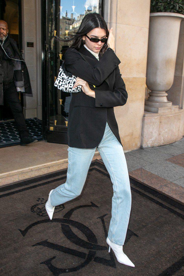 坎達爾珍娜在巴黎街頭全球首背LGP系列側背包。圖/LONGCHAMP提供